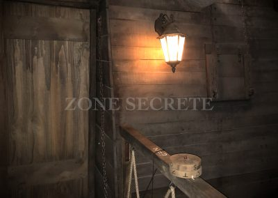 Zone secrète. Morgan BRUYNOOGHE créateur salle pirate hint hunt paris. Ce décor représente la coque d'un bateau contre une paroie rocheuse. Réalisé pour un escape game parisien.
