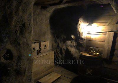 Zone secrète. Morgan BRUYNOOGHE créateur salle pirate hint hunt paris. Création d'un décor de grotte au réalisme spéctaculaire. Cette salle a été réalisé au 2 eme étage d'un immeuble parisien pour un escape game. Ce lieu , le coffre et le tonneau sont truffé de mécanismes réalisé par morgan