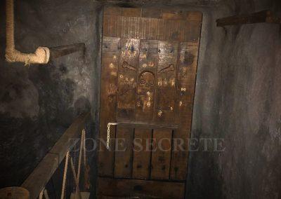Zone secrète. Morgan BRUYNOOGHE créateur salle pirate hint hunt paris. Cette porte se cache derrière une casacade. Elle est constituée d'un mécanisme d'ouverture unique réalisé par morgan BRUYNOOGHE. Ce décor a été réalisé pour un escape game.