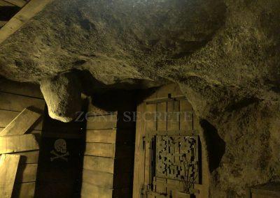 Zone secrète. Morgan BRUYNOOGHE Créateur de la salle pirate hint hunt paris. Création d'un décor de grotte au réalisme spéctaculaire. Cette salle a été réalisé au 2 eme étage d'un immeuble parisien pour un escape game par Morgan.