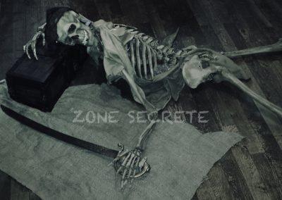 Squelette ultra réaliste pour une décoration d'escape game parfaite.